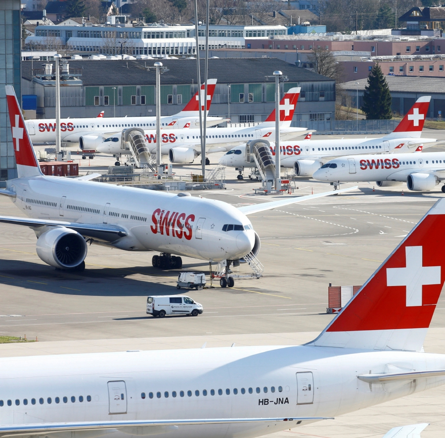 Aircrafts of Swiss Airlines are parked at Zurich Airport, Switzerland March 16, 2020. - REUTERS/Arnd Wiegmann