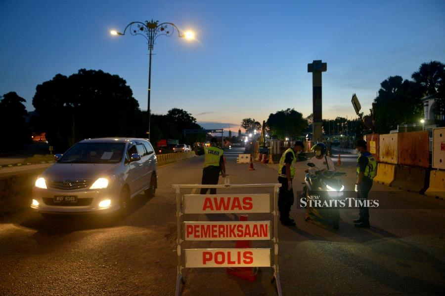 (File pic) Seven men, were detained by police for violating the Movement Control Order (MCO). -NSTP/FAIZ ANUAR