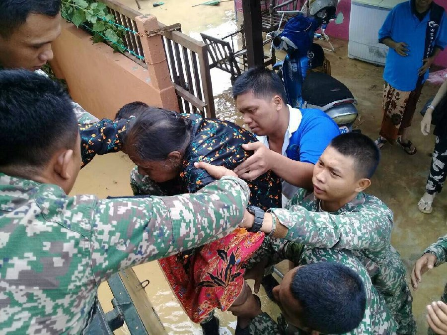 2 dead, 2000 evacuated as storm strikes Malaysian state