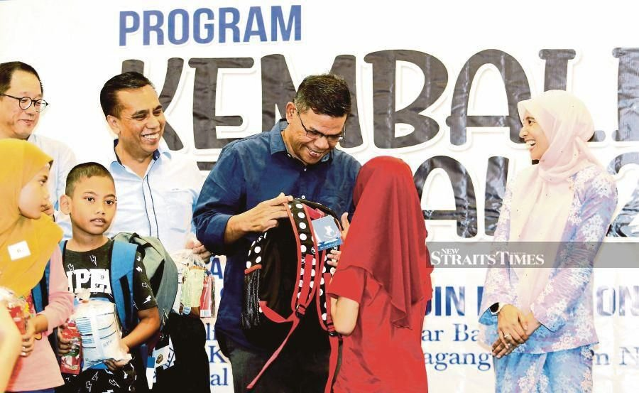 Domestic Trade and Consumer Affairs Minister Datuk Seri Saifuddin Nasution Ismail said traders need not notify the ministry if the cheap sales is for a period of less than three days at a time. - NSTP/RAMDZAN MASIAM