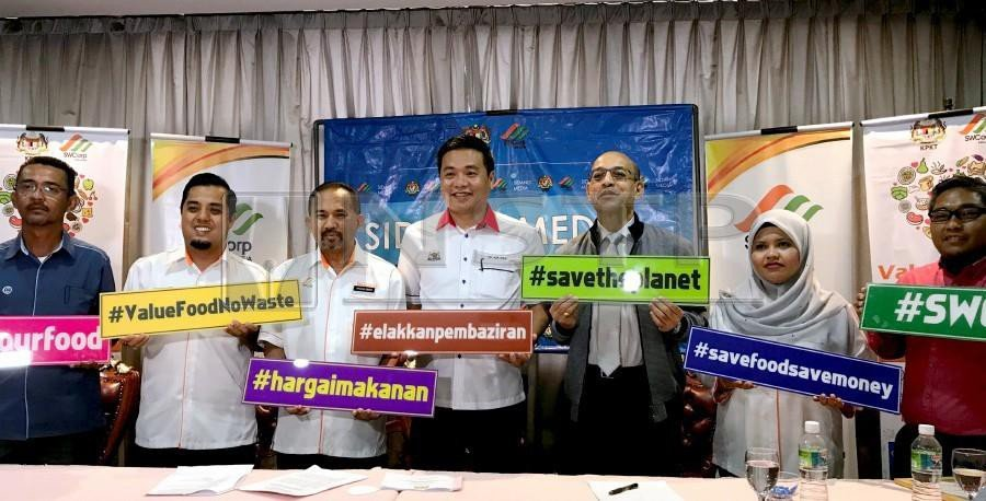 """Solid Waste Management and Public Cleansing Corporation (SWCorp) deputy chief executive officer Mohammad Diah Wahari with State Housing, Local Government and Environment Committee chairman Datuk Tey Kok Kiew during the launch of the """"Value Food No Waste"""" campaign in Ayer Keroh. - NSTP/NOOR AZURIN MOHD SHARIF"""