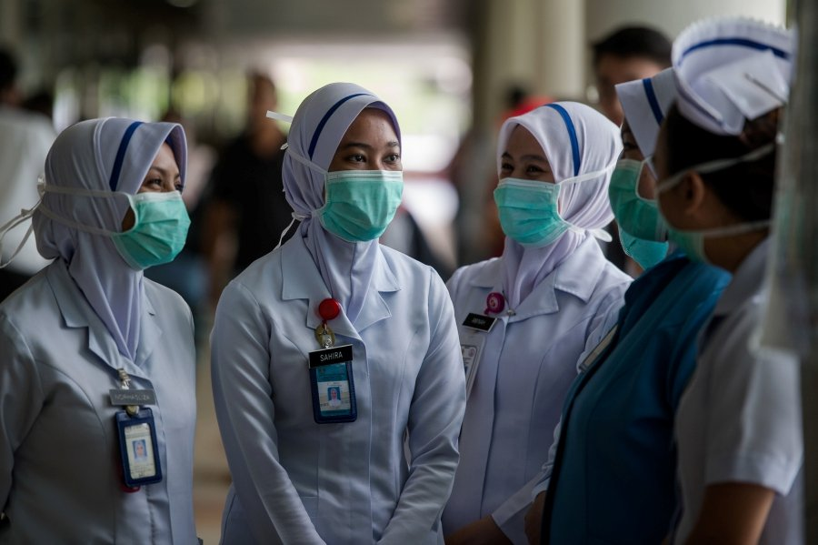 The Health Ministry is targeting to recruit 2,000 retired doctors and nurses to assist the frontliners in facing the Covid-19 outbreak. - BERNAMA pi