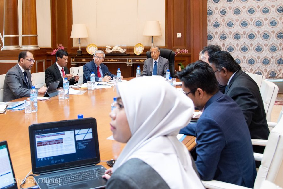 Interim Prime Minister Tun Dr Mahathir Mohamad in a meeting with top officials from the Finance Ministry today. - Pic credit Twitter @chedetofficial