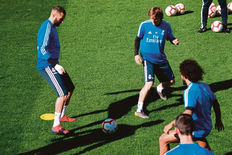 ... and Real Madrid s Croatian midfielder Luka Modric (2L) attend a training  session on the eve of the Spanish league
