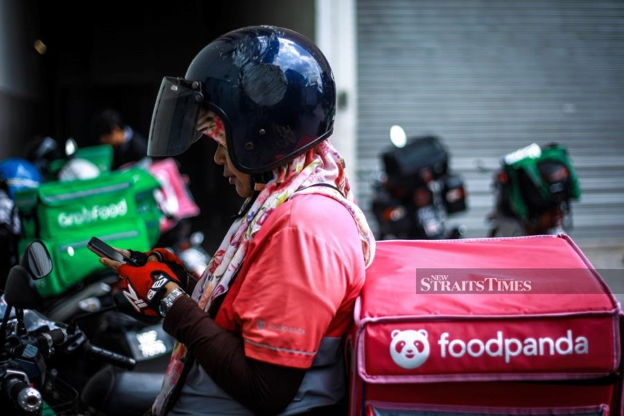 (File pic) Foodpanda Malaysia has denied allegations that one of their riders has been infected. -NSTP/ASYRAF HAMZAH