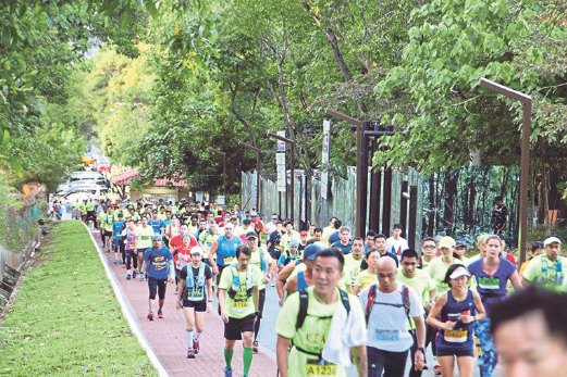 Runners heading into the trails that started at Kiara Hill.