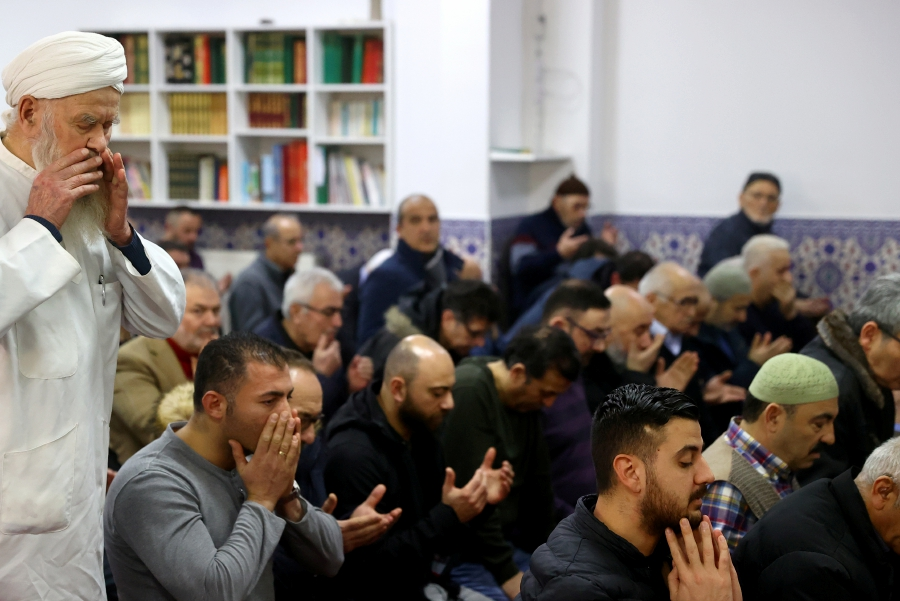 Men attend the Friday prayer following a shooting, at the mosque in Hanau, near Frankfurt, Germany, February 21, 2020. - REUTERS/Kai Pfaffenbach