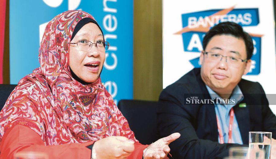 (File pix) Associate Professor Dr Hidayatul Fathi Othman (left) with Kevin Cheong Mun Chie. Pix by NSTP/Rohanis Shukri