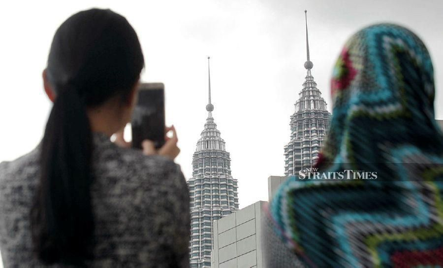 (file pix) A U.N. human rights expert on Friday disputed Malaysia's assertion that it has nearly eliminated poverty, saying that official figures were vastly inaccurate and do not reflect realities on the ground. Malaysia's official poverty rate dropped from 49% in 1970 to just 0.4% in 2016. NSTP