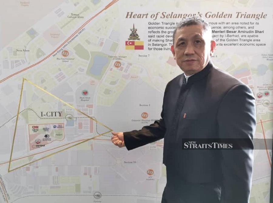 I-Berhad executive chairman Tan Sri Lim Kim Hong showing the location of i-City in the heart of
