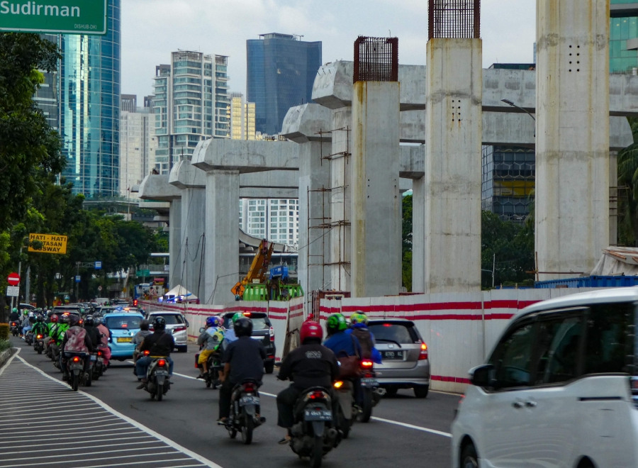 Buildings and transportation infrastructure are seen under construction in downtown Jakarta on February 19, 2020. - Indonesia's economy grew more slowly than expected last year, official data showed February 2020, and officials warned the country's lucrative tourism sector faced a negative impact from a drop in Chinese tourists owing to the deadly coronavirus. (Photo by BAY ISMOYO / AFP)