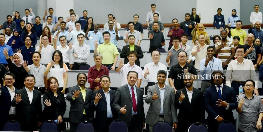 Exco for International and Domestic Trade, Consumer Affairs, Entrepreneur Development and Cooperatives Datuk Abdul Halim Hussain (front row, fifth from right) and Penang Skills Development Centre (PSDC) chief executive officer Muhamed Ali Hajah Mydin (front row, fourth from right) at the forum today. --NSTP/SHAHNAZ FAZLIE SHAHRIZAL