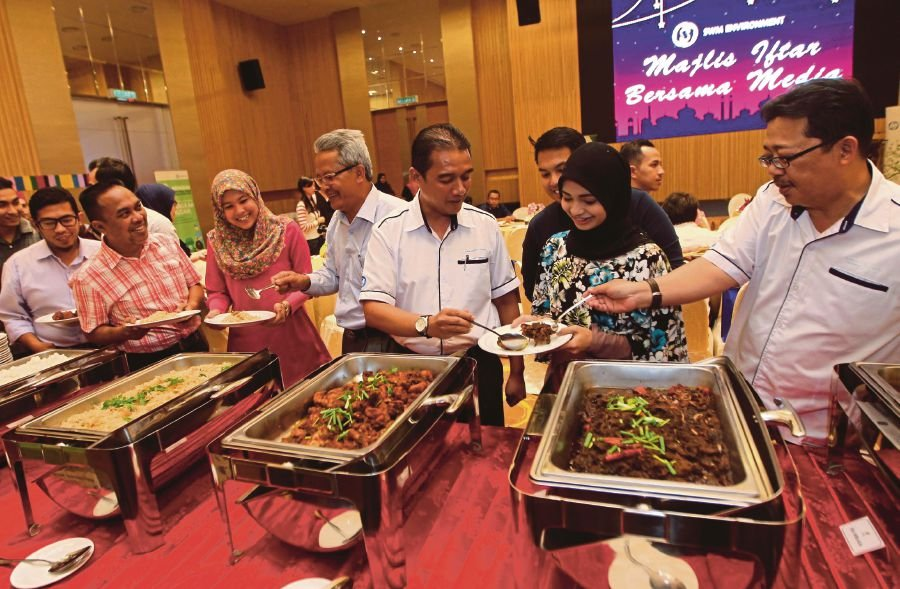 Corporate General Manager, SWM, Kamarul Ariffin Ibrahim (fourth from right) with the Melaka and Negeri Sembilan district manager, Dr Al'Ashari Othman (fifth from right) at break of fast event with region's media personnel at D'Sendayang place, Seremban. Pix by Hazreen Mohamad