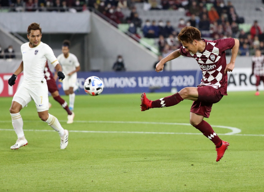 Vissel Kobe midfielder Keijiro Ogawa (R) scores a goal as Johor Darul Ta'zim defender Aidil Zafuan (L) looks on during the AFC Champions League group G football match between Japan's Vissel Kobe and Malaysia's Johor Darul Ta'zim at Misaki Park Stadium in Kobe, Hyogo prefecture on February 12, 2020. - Barcelona legend Andres Iniesta produced a magical display on his Asian Champions League debut to inspire Japan's Vissel Kobe to a 5-1 thrashing of Malaysians Johor Darul Ta'zim. (Photo by STR / JIJI PRESS / AFP)