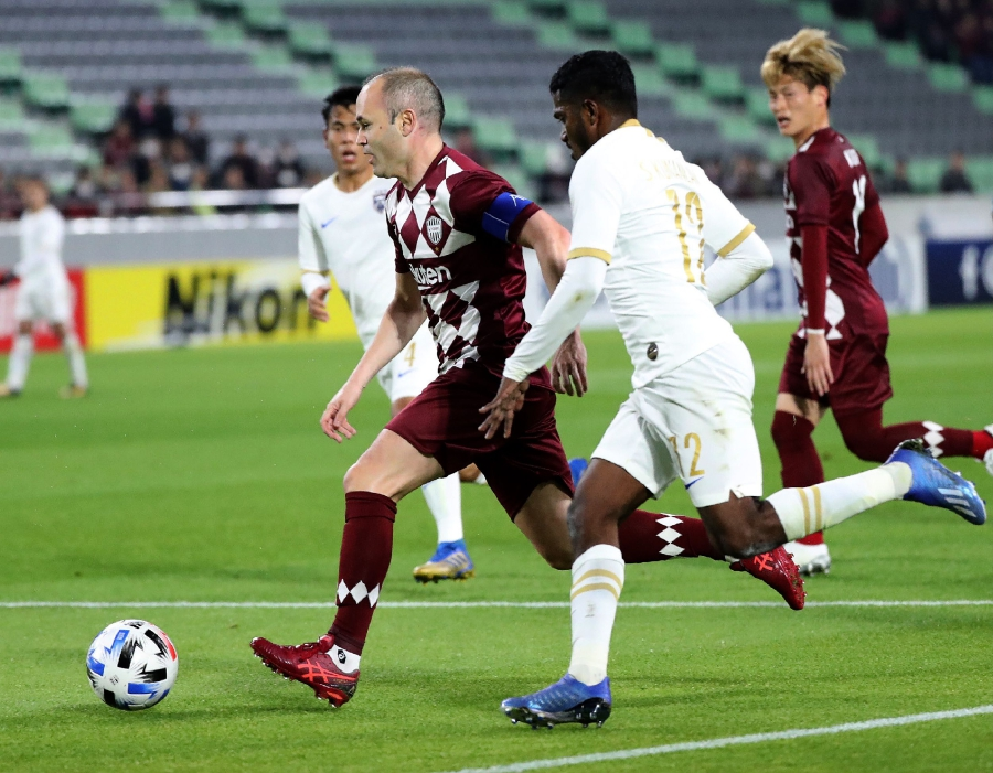 Vissel Kobe midfielders Andrés Iniesta (L) fight for the ball with Johor Darul Ta'zim defender Kunanlan Subramaniam (2nd R) during the AFC Champions League group G football match between Japan's Vissel Kobe and Malaysia's Johor Darul Ta'zim at Misaki Park Stadium in Kobe, Hyogo prefecture on February 12, 2020. (Photo by STR / JIJI PRESS / AFP)