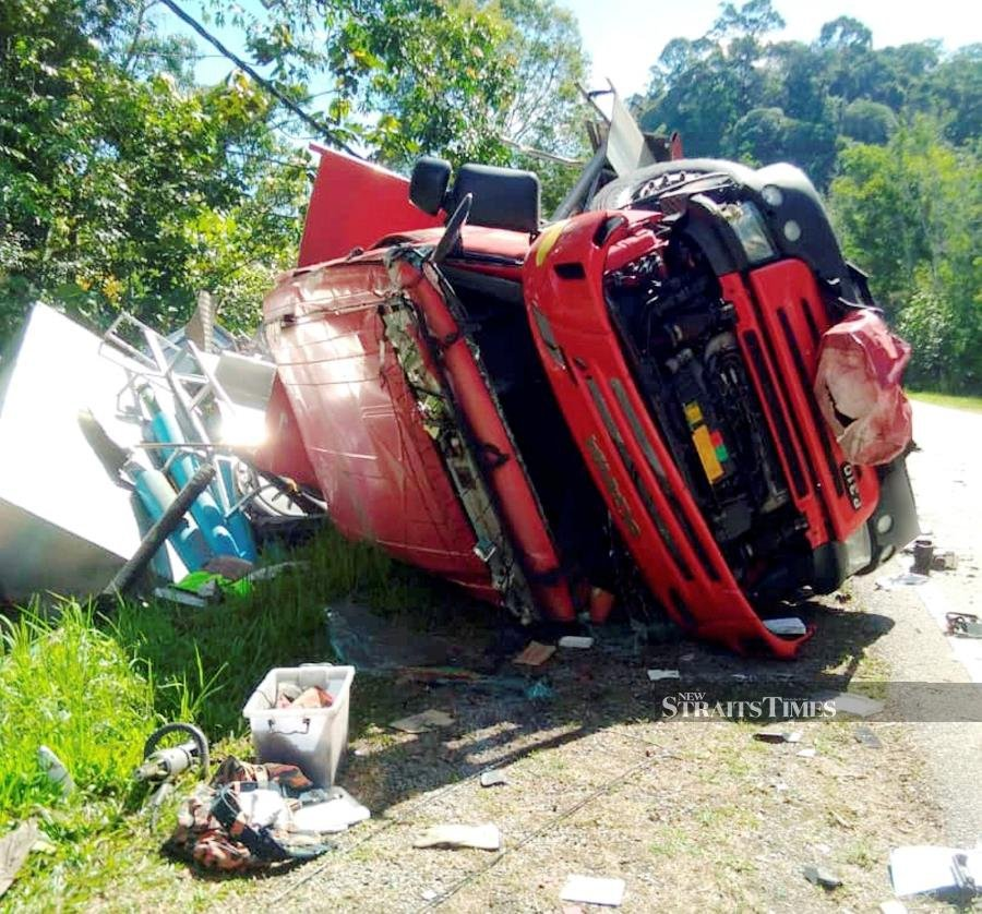 Fire engine crashes while trying to avoid monkeys in Gerik