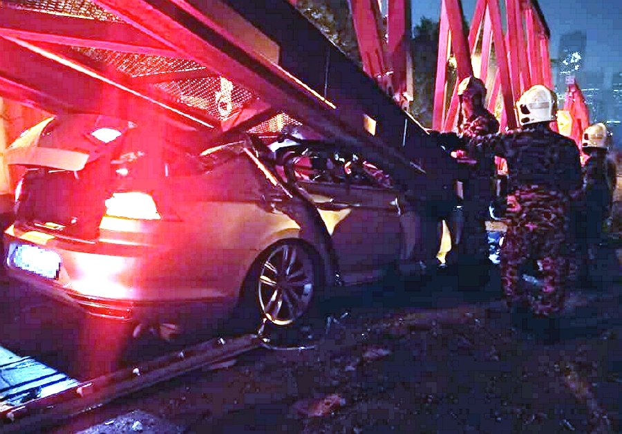 A Singaporean man was killed when the Volkswagen Passat he was driving skidded and crashed into a water-filled road barrier at a bridge undergoing construction along the East-West Link Expressway (METRAMAC) near Mid Valley here, early today. - NSTP/Courtesy of JBPM
