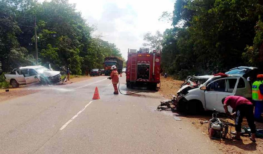 Five people were killed, including a young boy in an accident involving three vehicles at Mile 13, Jalan Kuantan-Temerloh, near Maran, this afternoon. (Photo courtesy of JBPM)