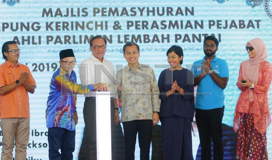 Lembah Pantai MP Fahmi Fadzil (4th from left) along with dignitaries from the current ruling government, PKR President Datuk Seri Anwar Ibrahim (3rd left) and Permatang Pauh MP Nurul Izzah Anwar (Right) made the official announcement during a launch event in Kampung Kerinchi, here, today. Pic by NSTP/NURUL SYAZANA ROSE RAZMAN.