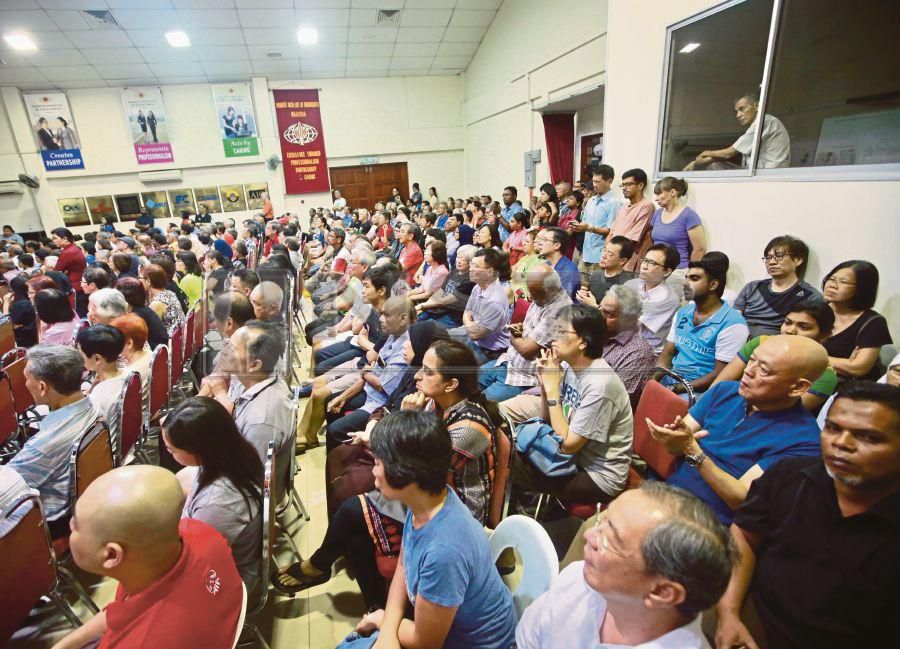 The dialogue last night was attended by some 450 TTDI residents. Pic by NSTP/ SAIRIEN NAFIS
