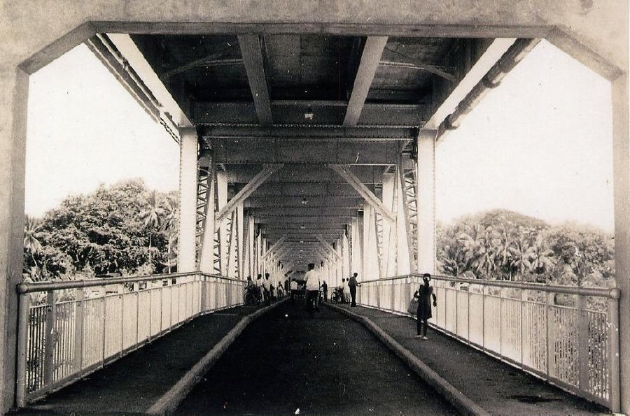 Kota Bridge's upper tier served motorised vehicles and its lower tier was for pedestrians, motorcyclists and bicyclists. It was closed in 1992 after a second bridge was opened.