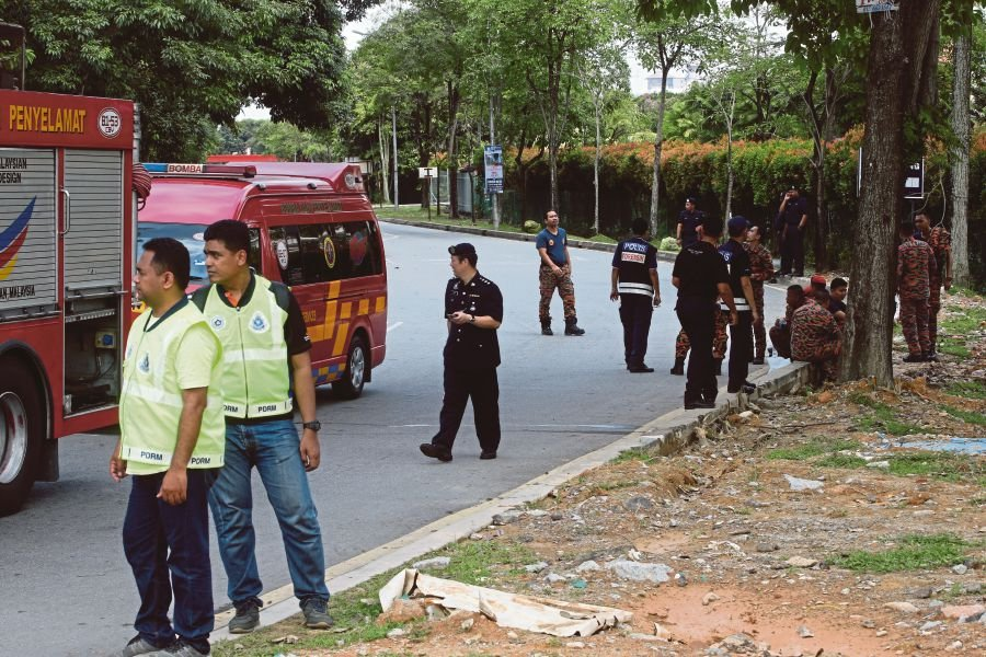 A team of police investigators today reenacted the incident in which a fireman was severely injured in the riot outside the Seafield Sri Maha Mariamman temple in USJ 25, here, as part of their investigations. (NSTP/MOHD KHAIRUL HELMY MOHD DIN)