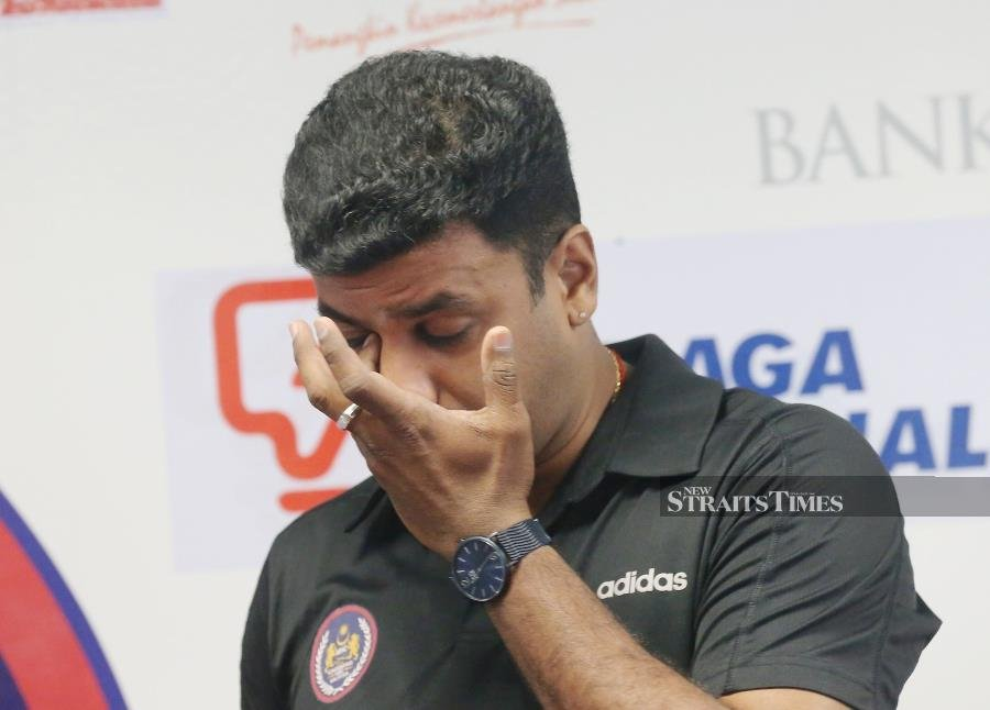 S. Kumar wiping away his tears during a press conference to announce his retirement from international hockey on Feb 20, 2020. Pic by OWEE AH CHUN