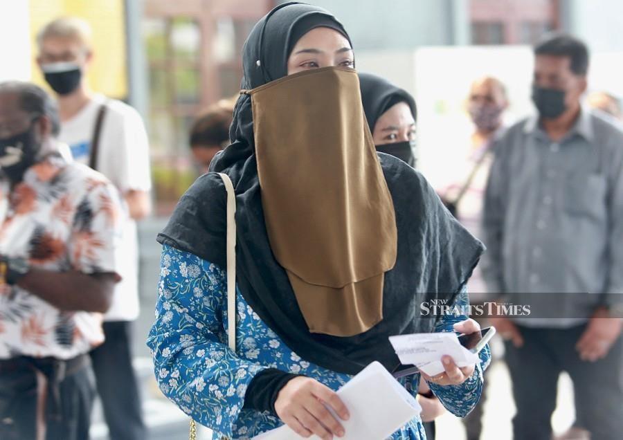 Tengku Noor Azilin Wa Kembang Tengku Azizan arrives at the Kuala Lumpur Session's Court ahead pf the trial. - NSTP/FATHIL ASRI.