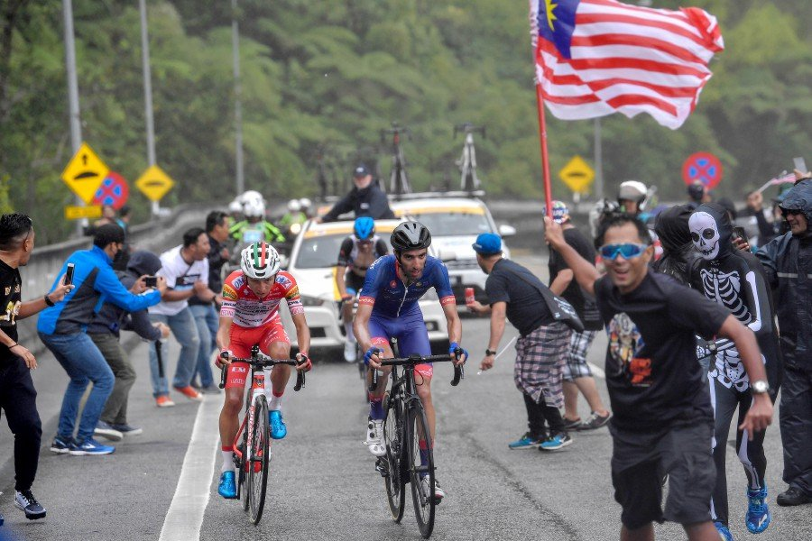 Supporters cheer Androni Giocattoli-Sidermec team's Kevin Rivera (left) and Team Sapura Cycling's Danilo Celano during the Petronas Le Tour de Langkawi (LTdL) in Genting Hinglands. - Bernama