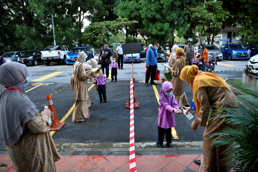 The schools are making all the preparations to ensure that students can continue their schooling smoothly, in compliance with all the standard operating procedures (SOP). --BERNAMA pic