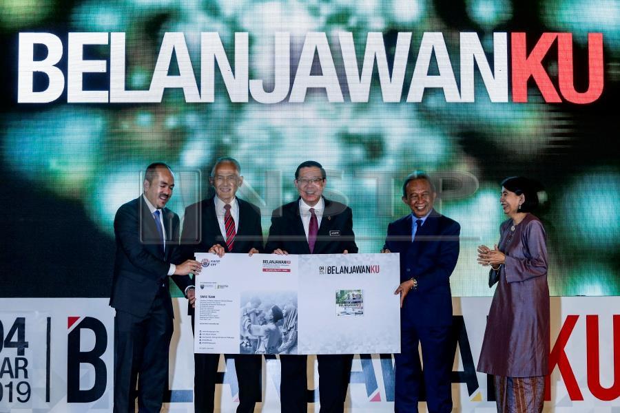 Finance Minister Lim Guan Eng (centre) at the launch of 'Belanjawanku – Panduan Perbelanjaan untuk Individu dan Keluarga di Malaysia' event held in Bangi, Selangor today. Pix by NSTP/Aizuddin Saad