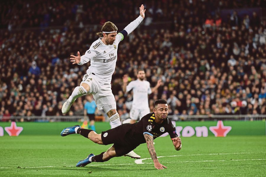 Real Madrid's Spanish defender Sergio Ramos (L) vies with Manchester City's Brazilian striker Gabriel Jesus during the UEFA Champions League round of 16 first-leg football match between Real Madrid CF and Manchester City at the Santiago Bernabeu stadium in Madrid on February 26, 2020. (Photo by JAVIER SORIANO / AFP)