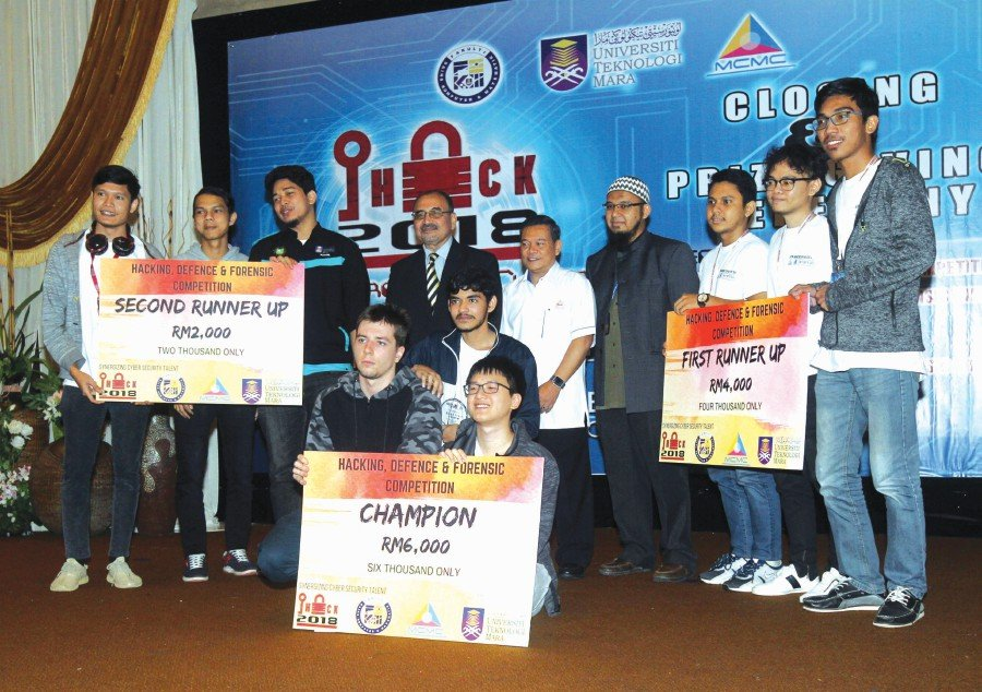 Zulkarnain Mohd Yasin (standing fifth from left) and Zaini Abdullah (fourth from left) with the prize winners of the iHack 2018 Competition.