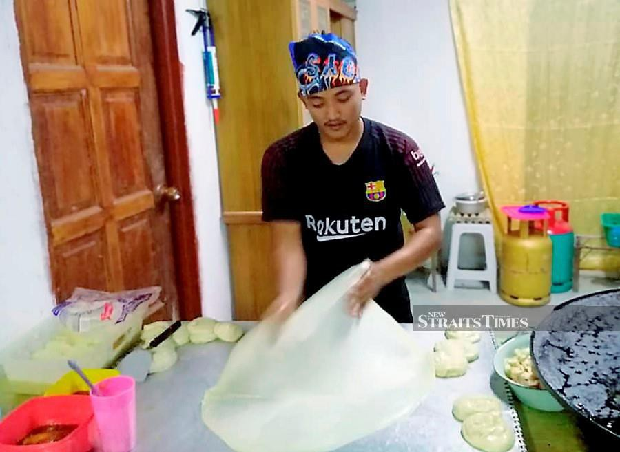 """A young man has perfected the art of making """"flying roti canai"""" and this has gained him attention on social media, specifically YouTube. -- ABNOR HAMIZAM"""