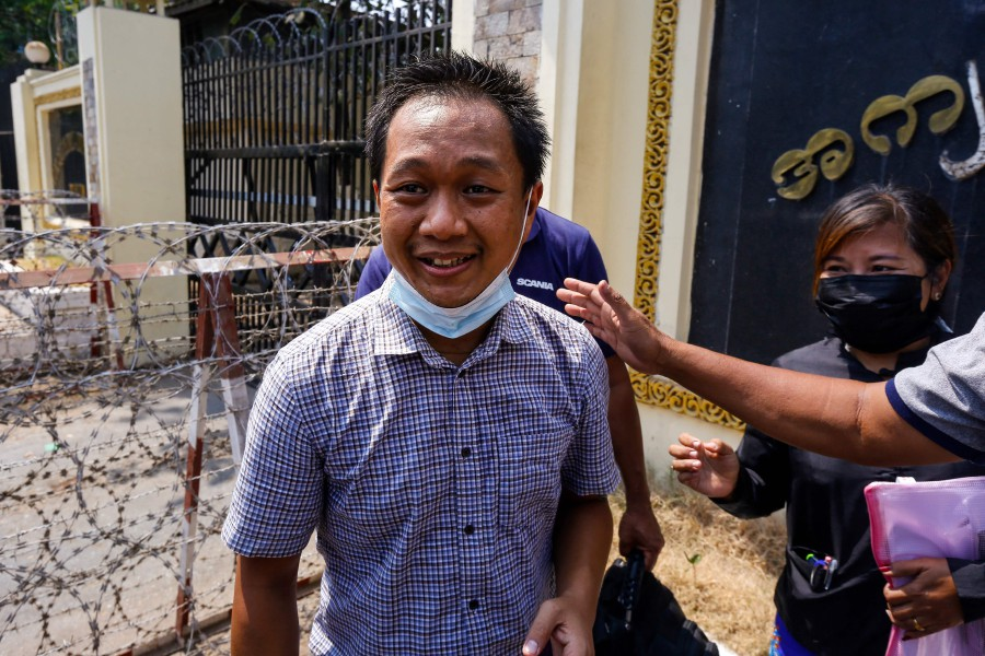 Associated Press (AP) photographer Thein Zaw smiles outside Insein prison in Yangon on March 24, 2021, after being released with coup detainees who had been held for taking part in demonstrations against the military coup. (Photo by STR / AFP)