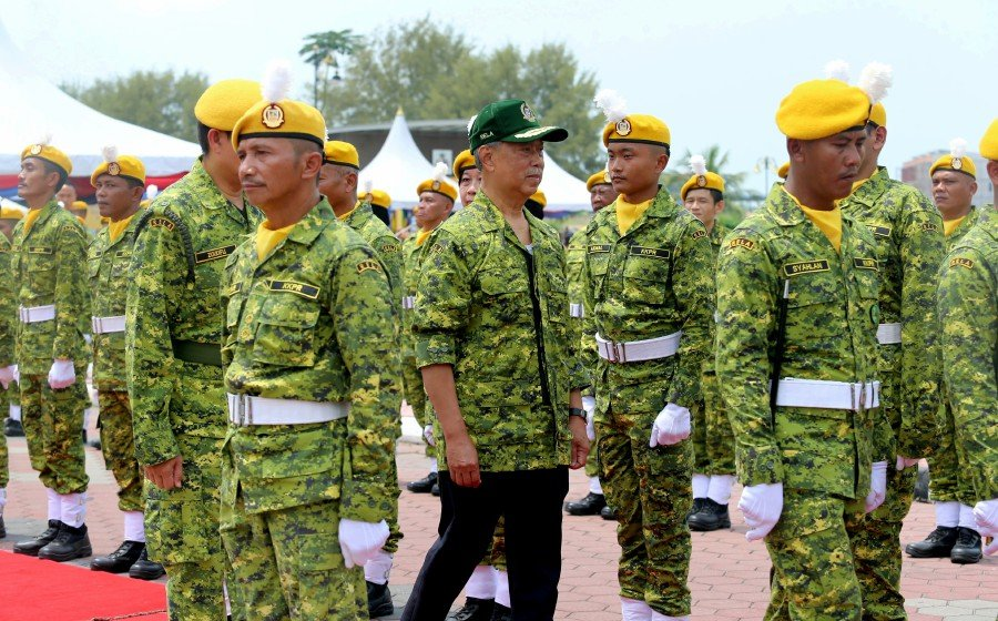 Home Minister Tan Sri Muhyiddin Yassin inspects the guard of honour during the 'Malaysian Volunteer Corps Department (RELA) with the Leader' gathering in Dewan Jubli Intan, Sultan Ibrahim, Pontian. - NSTP/Zain Ahmed