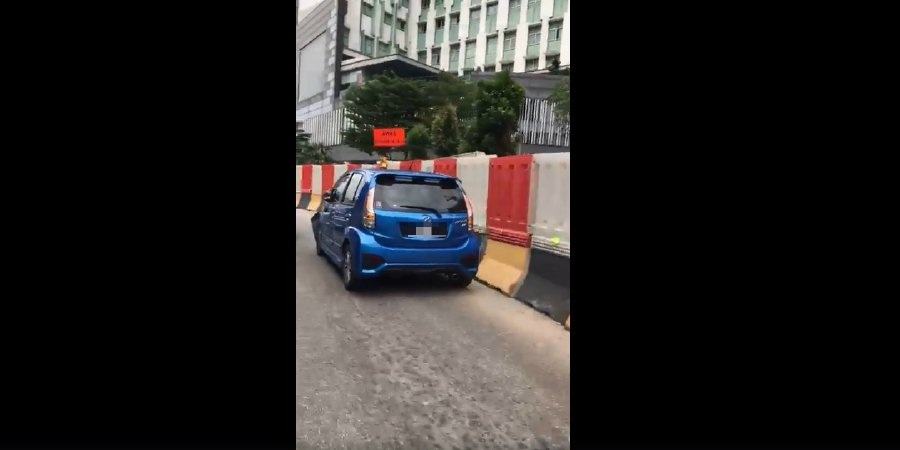 In the 4.50pm incident, the 25-year-old suspect was seen by several witnesses manhandling the disabled man and carrying out a snatch theft. He then jumped into his car in a bid to escape, Bernama reported. Pic screen grab from FB