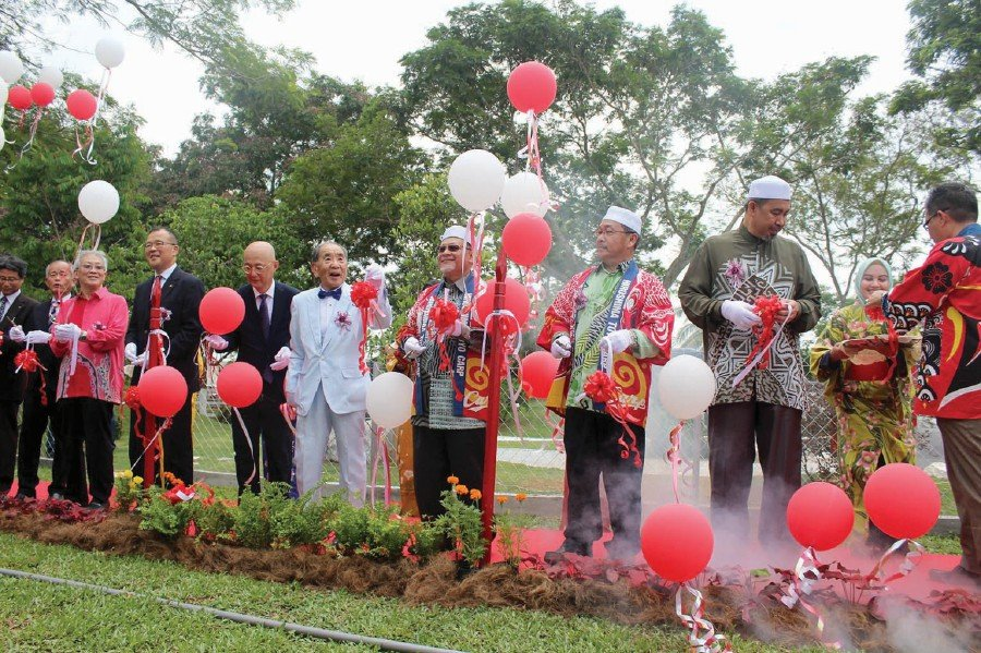 Datuk Mohd Amar Nik Abdullah (fourth from right) during the opening of the Japanese Peace Memorial Park. To his right is chairman of Rohm Wako (Japan), Datuk Yosuke Yoshioka.