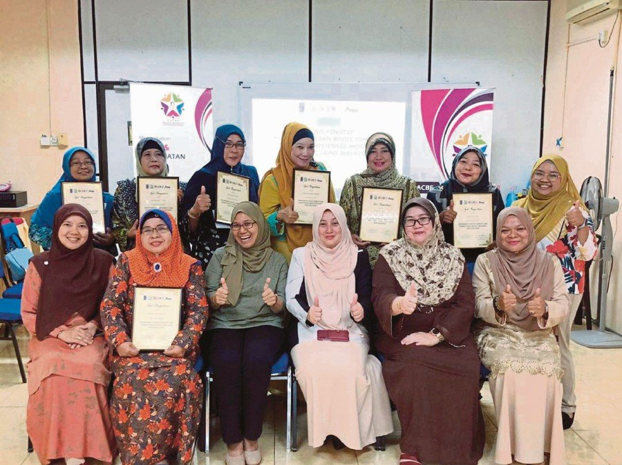 Noraida Endut (sitting, second from right) with graduates of the Jom Duit! MOOC pilot programme.