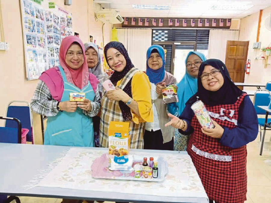 Students of Universiti Sains Malaysia's Jom Duit! MOOC programme bake cakes to test out what they have learnt online.