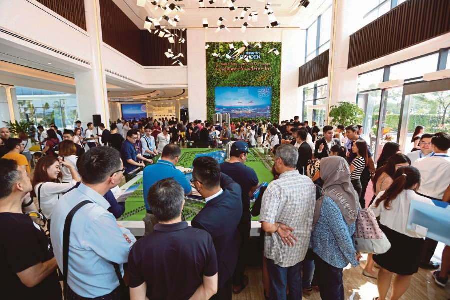 Some of the 1,000 visitors at the grand opening of Country Garden Lake City's sales gallery and experience hall.