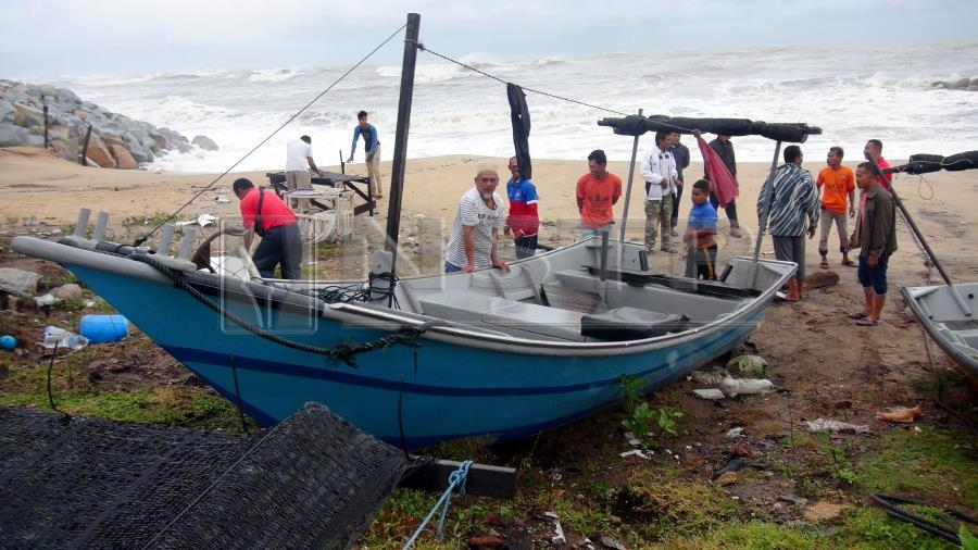 Fishermen living in states affected by the spillover of the tropical Pabuk storm have been urged to heed the safety advice issued by the Meteorological Department (MetMalaysia) as well as other agencies. Pic by NSTP/IMRAN MAKHZAN