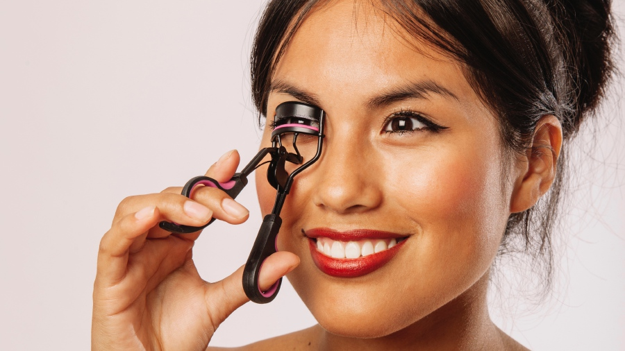 Heat your eye curler before use –just be careful not to curl your lashes when it is too hot.Photo from Freepik.com.