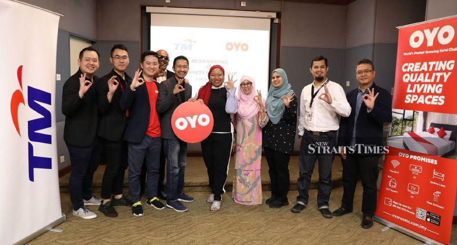 Izlyn Ramli, Vice President, Group Brand and Communication, TM (5th from right) together with Vimal Balachandran, Head, OYO Homes, Malaysia (4th from left) at the event announcing the partnership collaboration between TM and OYO Malaysia, held earlier today at Kuala Lumpur Tower.