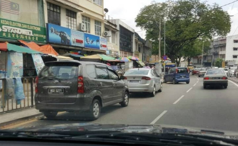 Vehicles parked illegally at the side of Jalan Pasar, Kuala Lumpur. Pix courtesy of reader.