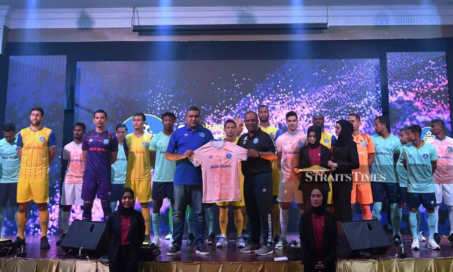 Pahang coach Dollah Salleh with his players at a function in Kuantan on Tuesday. BERNAMA PIC.