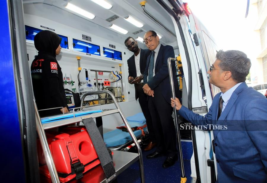 (File pix) National Heart Institute (IJN) chief executive officer Datuk Seri Dr Mohd Azhari Yakub (second from right) inspecting a First Ambulance Services vehicle at IJN, Kuala Lumpur yesterday. Pix by NSTP/Mohd Yusni Ariffin