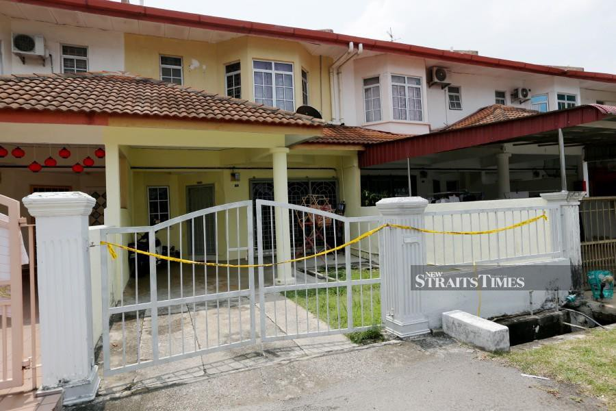 The heads of two victims whose dismembered bodies were retrieved from the Krubong industrial area was found stashed away in the attic of their house near here. -- NSTP/KHAIRUNISAH LOKMAN