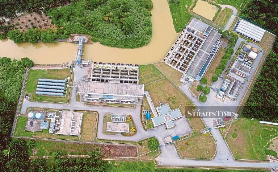 Indah Water Konsortium Sdn Bhd (IWK) today denied that the black discolouration of water at Sungai Gong yesterday was due to effluent discharge from its Rawang Integrated Industrial Park Sewage Treatment Plant (GBK134). - NSTP /ZUNNUR AL SHAFIQ