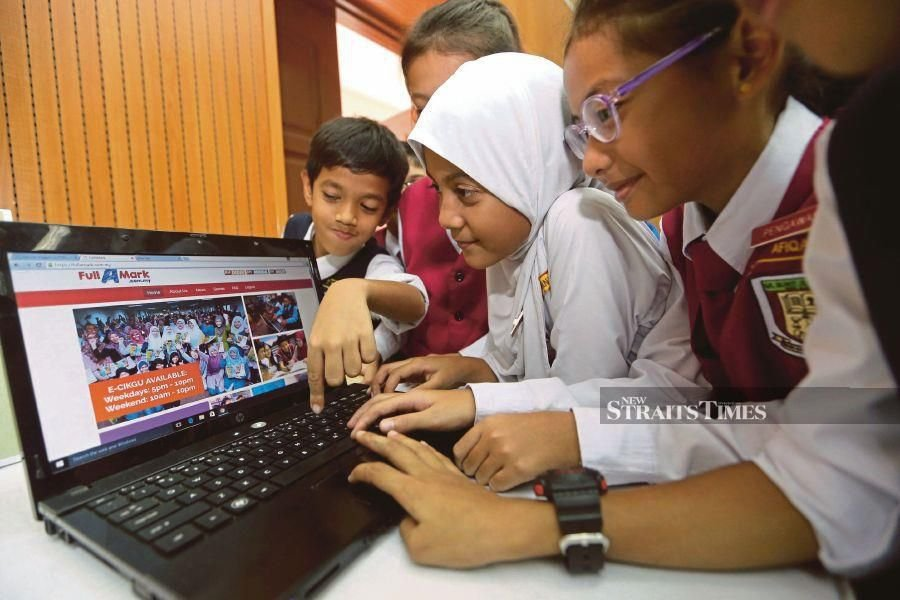 With the return of students to online learning until next year, former Education Minister Dr Maszlee Malik has raised questions over the fate of close to 40 per cent students across the country that are without electronic devices and Internet connection at home. - NSTP file pic